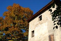 Fachada con el árbol hermoso y cielo azul en el castillo y en el pueblo de Strassoldo Friuli (Italia) Imagenes de archivo