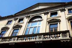 Fachada con el balcón grande en Padua en el Véneto Italia imagenes de archivo