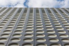 Fachada con el modelo simétrico de un edificio de oficinas moderno Foto de archivo libre de regalías