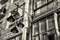 Fachada con la luz de calle Fotos de archivo