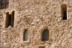 Fachada con las ventanas en el monasterio del romanesque de Sant Cugat Foto de archivo