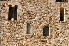Fachada con las ventanas en el monasterio del romanesque de Sant Cugat Imagen de archivo