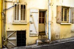 Fachada con muchas puertas y ventanas Fotografía de archivo libre de regalías