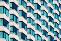 Fachada con muchas ventanas saledizas Imagen de archivo libre de regalías