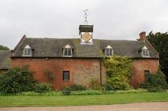 Fachada con una torre de reloj y una paleta de tiempo Foto de archivo libre de regalías