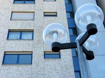 Fachada concreta de un edificio alto con la lámpara de calle moderna foto de archivo
