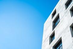 Fachada concreta de un edificio con las ventanas Imágenes de archivo libres de regalías