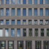 Fachada contemporánea del edificio de oficinas imagenes de archivo