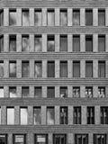 Fachada contemporánea del edificio de oficinas foto de archivo