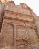 Fachada corroída do túmulo em PETRA, Jordânia foto de stock