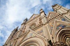 Fachada da abóbada de Orvieto contra um céu nebuloso Foto de Stock Royalty Free