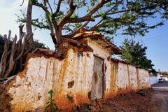 Fachada da casa abandonada nas ruínas em Barichara, Colômbia imagens de stock