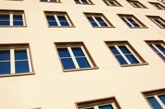 Fachada da casa de apartamento Fotos de Stock