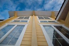 Fachada da casa de madeira moderna Fotos de Stock Royalty Free