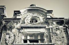 Fachada da casa destruída velha com janelas quebradas Foto de Stock Royalty Free