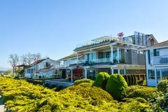 A fachada da casa residencial luxuosa enfrentou a uma margem da baía fotos de stock