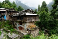 Fachada da casa tradicional em Manali velho na Índia imagem de stock royalty free