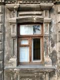 Fachada da casa velha a janela velha da cidade velha fotos de stock