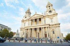 Fachada da catedral de St Paul com os povos em Londres Foto de Stock Royalty Free