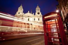 Fachada da catedral do St Paul, barramento e caixa do telefone foto de stock