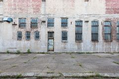 Fachada da construção abandonada com janelas e porta, em Davenport, Iowa, EUA foto de stock royalty free