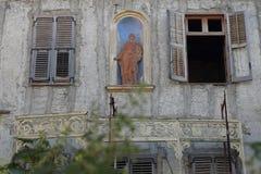 Fachada da construção com estátua resistida Fotografia de Stock