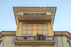 Fachada da construção com a grinalda no balcão em Utá fotos de stock