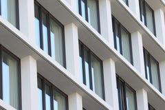 Fachada da construção com janelas imagem de stock royalty free