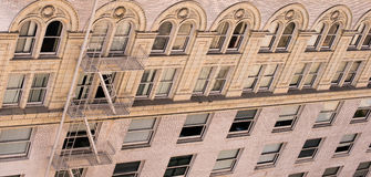 Fachada da construção de tijolo velha com as janelas arqueadas decorativas Imagem de Stock Royalty Free