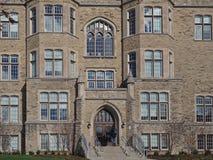 fachada da construção gótico de pedra da faculdade do estilo fotografia de stock royalty free