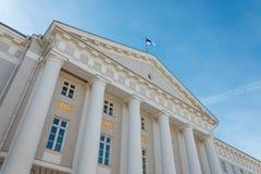 Fachada da construção principal da universidade de Tartu com a bandeira na parte superior Fotos de Stock Royalty Free