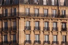 Fachada da construção típica em Paris Foto de Stock