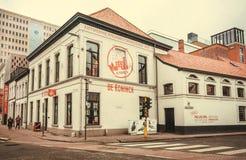 Fachada da fábrica velha com a propaganda da cerveja local e do logotipo histórico De Koninck da cervejaria Imagens de Stock
