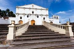 Fachada da igreja colonial espanhola branca com grande Foto de Stock
