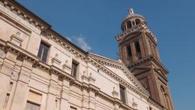 Fachada da igreja de Santa Barbara e da torre de Bell em Mantua filme