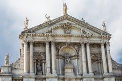 Fachada da igreja de Veneza com estátuas Imagens de Stock