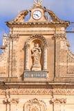 Fachada da igreja na ilha de Gozo com Maria Imagens de Stock Royalty Free