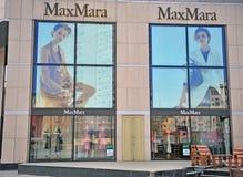 Fachada da loja de capitânia de Max Mara imagens de stock royalty free
