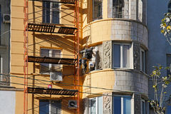 Fachada da pintura do trabalhador do construtor da casa da construção em Volgograd Fotos de Stock