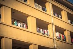 Fachada da roupa de suspensão lin da secagem do apartamento e do sol do dormitório foto de stock