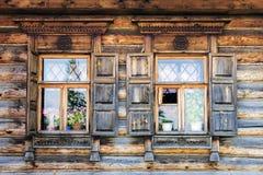 Fachada das casas de log velhas do russo em Suzdal foto de stock