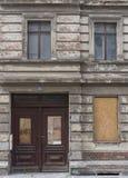 Fachada de abandonado subido encima del edificio Foto de archivo libre de regalías