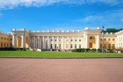 A fachada de Alexander Palace em um dia ensolarado de julho Tsarskoye Selo, St Petersburg Fotografia de Stock Royalty Free