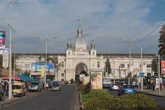 Fachada de Art Nouveau de la estación central Lviv-Holovnyi, Lviv, Ucrania imagen de archivo