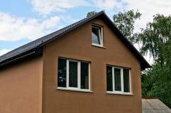 Fachada de Brown de uma construção privada com janelas Foto de Stock