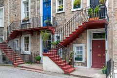 Fachada de casas residenciais com dois assoalhos e uma escadaria Foto de Stock Royalty Free