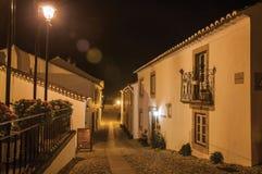 Fachada de casas velhas com cargo leve no crepúsculo em Marvao imagem de stock