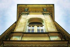 Fachada de construção artística velha com decoração agradável e janela branca de madeira no último andar Tbilisi, Geórgia imagens de stock