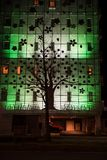Fachada de construção bonita com projeto exterior da árvore imagem de stock royalty free