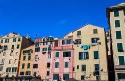 Fachada de construções coloridas no centro histórico de Genoa, Itália imagens de stock